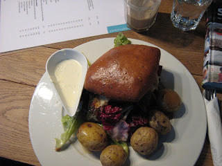 Ostehuset: Cheeseburger with Potatoes and Garlic Dip